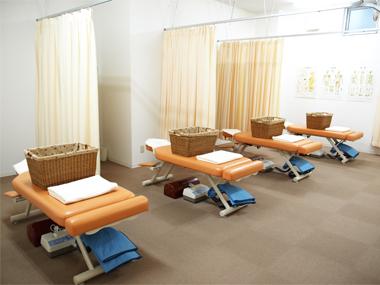 施術室です。 ベッドは4台、ブース毎にカーテンで仕切ります。